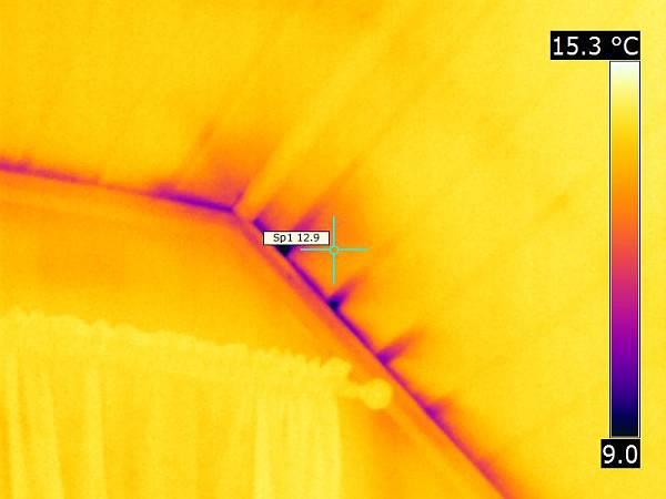 Termografering - Bilde av hus med lekkasjer tatt med termo / infrarødt kamera